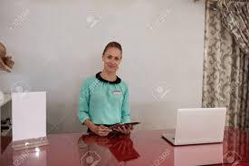 femme nue au bureau longueur mi portrait de femme entrepreneur attrayant debout à la