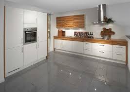 cuisine blanche carrelage gris cuisine blanche et bois 40 idées glorifiant le design sophistiqué