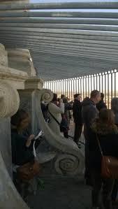 alla cupola di san pietro turisti in cima alla cupola completamente circondati dalle nuove