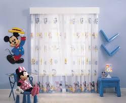chambre b b mickey design interieur déco chambre bébé rideaux blancs motifs mickey