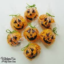 Nut Free Halloween Treats by Easy Halloween Pumpkin Snack Bags Snack Bags Easy Halloween And