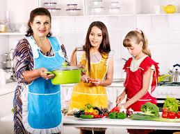 cuisine avec enfant famille avec la grand mère et l enfant à la cuisine image stock