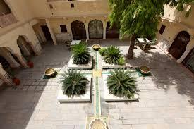 file courtyard of samode haveli jaipur jpg wikimedia commons