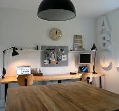 blanc au bureau bureau rangé plaque aimantée au mur pour photos mémos horloge