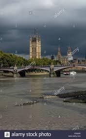 themse gezeiten london die themse in london bei niedrigen gezeiten mit der sonne im lambeth