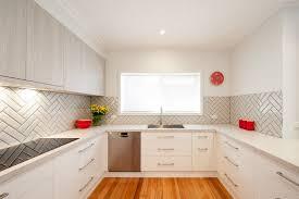 cuisine avec fenetre cuisine en u ouverte pour tout espace 60 photos et conseils