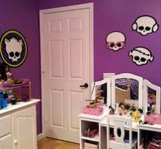 monster high bedroom decorating ideas the use of lights and curtains are red or black to accentuate the