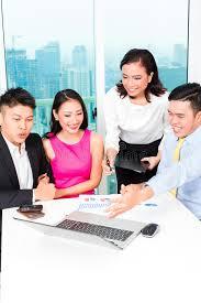 le bureau banquier équipe asiatique de banquier conseillant des couples dans le