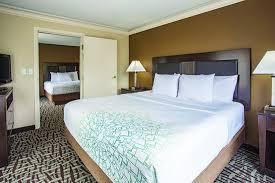 la quinta 2 bedroom suites 2 room suite with king and 2 queen beds picture of la quinta inn