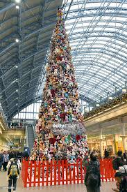 photos et images de king cross station display christmas tree made