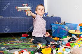 dans sa chambre un enfant de cinq ans jouant dans sa chambre avec beaucoup de jouets