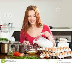 cuisine femme femme en pâte de fabrication ou omlet dans la cuisine photo