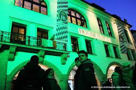 st patricks day münchen das hofbräuhaus erstrahlte erstmals in grün