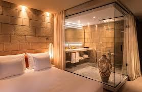 salle de bain ouverte sur chambre une salle de bains dans un boîte en verre