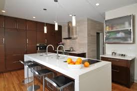 ilot central cuisine avec evier plan de travail ilot central cuisine en blanc quartz ou corian