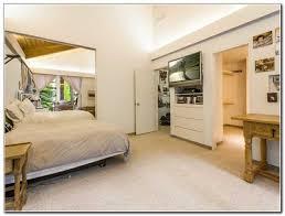 fernseher badezimmer hütte schlafzimmer design grau beige fernseher bett badezimmer