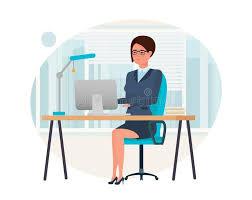 le bureau fille fille dans des vêtements stricts fonctionnant à l ordinateur dans
