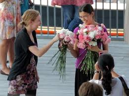 strangers flowers woman stunned as flash mob of strangers flowers before
