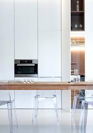 cuisine escamotable cuisine escamotable et meubles blancs d un appartement minimaliste