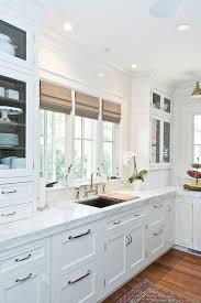 cuisine et comptoir comptoir en granit blanc dosseret mural doiseau fenêtre verre