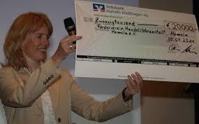 Bild: Freut sich über eine riesengroße Spende – Susanne Treptow vom Förderverein der HLA - WebTreptow