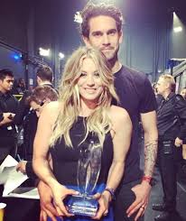 why did kaley christine cuoco sweeting cut her hair kaley cuoco praises husband ryan sweeting after scooping people s