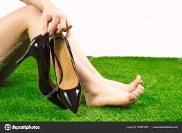 le si e de piedi nudi sull erba verde la ragazza si siede sul gras detiene le
