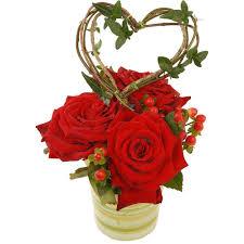 composition florale avec des roses livraison composition de 3 roses rouges cerise florajet