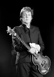 Paul McCartney se apresentando na Inglaterra em 2010.