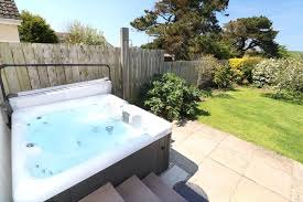 pebbles rest croyde holiday cottages tub