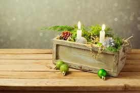 composizione di candele scatola di legno con le decorazioni e le candele di natale sopra