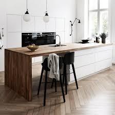 cuisine plancher bois comptoir en granite blanc poli lisse plancher bois table à manger