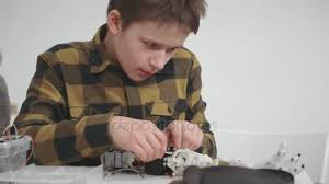 prot e si e auto studente ragazzo cercando e costruendo auto modello e protesi di