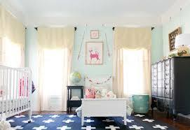 schrank kinderzimmer kinderzimmer idee blauer teppich weiße deko kissen babybett bett