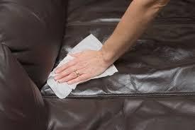 avec quoi nettoyer un canap en cuir comment nettoyer un canapé en cuir conseils et astuces déco