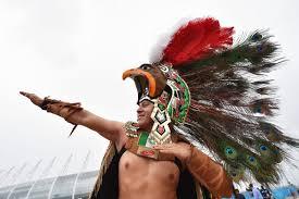 imagenes penachos aztecas no contaban con la astucia de los aficionados aztecas en brasil