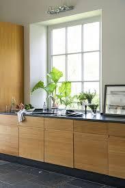cuisine avec porte fenetre maison moderne avec grandes fenêtres baies vitrées et baies