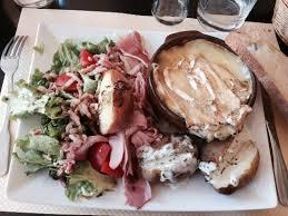 spécialité normande cuisine la spécialité normande par excellence le camembert rôti