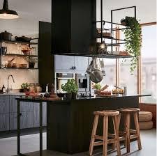 le suspendue cuisine une étagère métal suspendue au plafond dans la cuisine salons