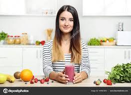 femme dans la cuisine smoothie boire femme dans la cuisine photographie