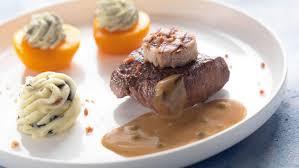 sanglier cuisine steak de sanglier et lard avec sauce au poivre sauvage recette