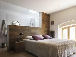 mur de chambre en bois decoration revetement mural bois demi mur lattes bois chambre
