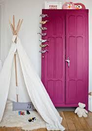 armoire chambre d enfant peinture aubergine sur armoire dans une chambre enfant