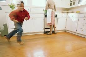 laminate flooring for kitchen to add more aesthetic impression