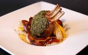cuisiner l agneau recette carré d agneau du connemara en croûte d herbes et légumes