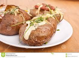 pomme de terre robe de chambre portion des pommes de terre en robe de chambre cuites au four photo