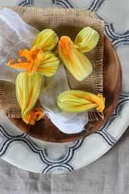 comment cuisiner les courgettes au four fleurs de courgettes au four farcies à la ricotta recette