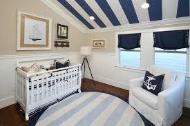 plafond chambre bébé design interieur chambre bébé blanche bleu marine décorée tapis