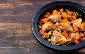 cuisine marocaine traditionnelle tagine avec le poulet et les légumes cuits cuisine marocaine