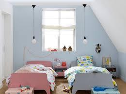 chambre dans combles décorer une chambre d enfant mansardée joli place